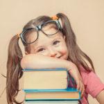 Kinésiologie Nancy - Brain Gym petite fille à lunettes
